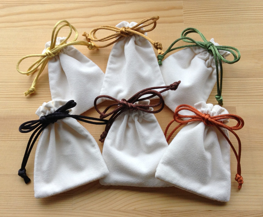 巾着袋販売コーナー:スエード風角型巾着・Sホワイト・限定秋色 【ギフト箱の通販サイトBOXSTORE/ラッピングスクエア】